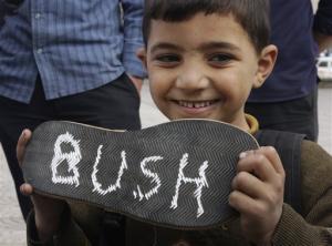 61144_seorang_bocah_palestina_di_kota_gaza_perlihatkan_sebuah_alas_sepatu_thumb_300_225